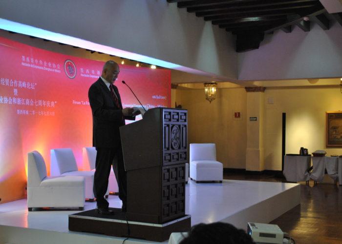 Habla el Sr. presidente de la Asociación para la apertura del evento