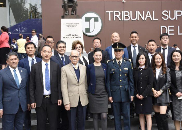 捐赠商会的代表们与军方接收物资代表